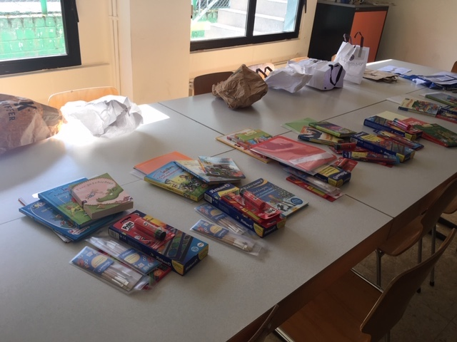 Paquets ASTI offerts aux enfants réfugiés du foyer à Mühlenbach